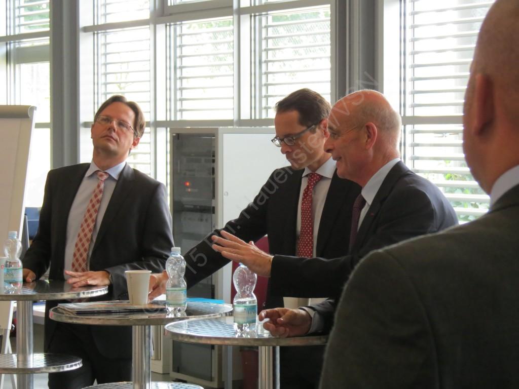 Podiumsdiskussion (von links) mit Dr. Daniel Möckli, Roger Köppel und Sir John McLeod Scarlett. © P.H./VSN