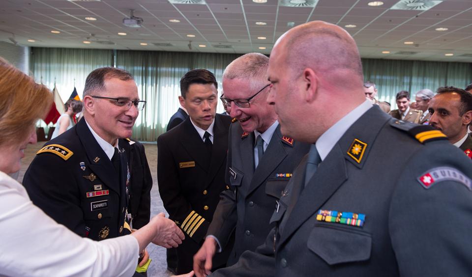 Oberstlt i Gst N. Büchi, PNMR überbringt dem neuen Oberbefehlshaber der NATO und der US-Truppen in Europa, General C. Scaparrotti, SACEUR die besten Wünsche anlässlich des Change of Command. / Bild: NATO