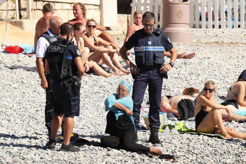 Die Taten von echten (und vermeintlichen) IS Anhängern sollen in den westlichen Gesellschaften Ressentiments gegen Muslime schüren und zu deren Ausgrenzung führen. (Französisch Polizisten setzen an einem Strand das Burkini Verbot durch) / Quelle: The Independent