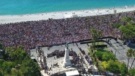 An der Gedenkfeier für die Opfer der verheerenden Tat von Nizza, kam es zu Übergriffen auf muslimische Angehörige von Opfern. / Quelle: LATimes