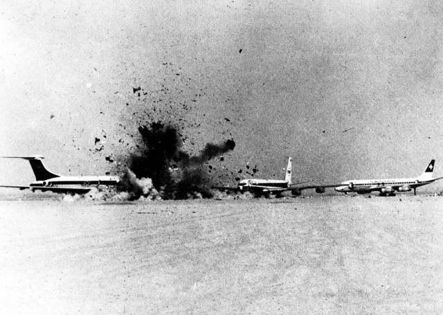 Die Bilder von der Sprengung der drei entführten Flugzeuge in Zerqa warfen Schockwellen rund um den Globus. / Bild: Popperfoto (Getty Images)