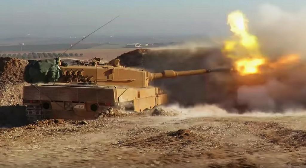 Viele Bilder zeigen wie die Leopard 2-Panzer der Türken oft als direkt schiessende Artillerie in einer sogenannten «hull down»-Position eingesetzt werden. Quelle: Twitter