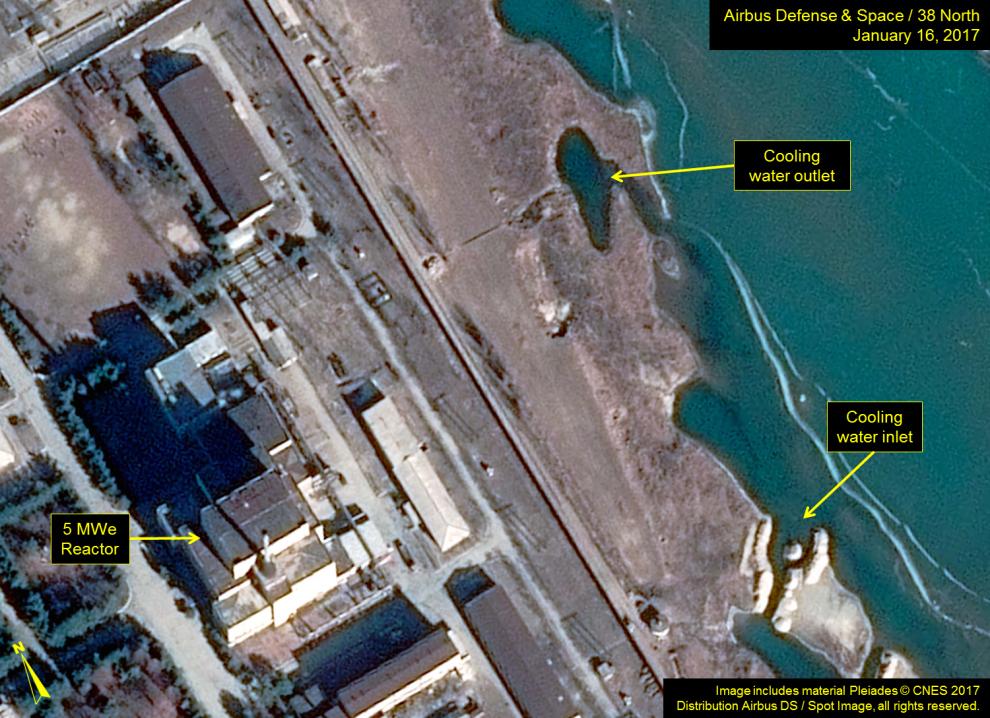 Das Satellitenbild vom 16. Januar soll zeigen, dass Nordkorea den Betrieb des 5MWe Plutonium-Reaktors wieder in Betrieb genommen hat. Damit ist es in der Lage Plutonium für 5-6 Sprengköpfe im Jahr herzustellen. © CNES 2017 via 38north.org