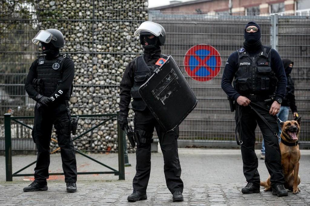 Da die Terrorabwehr alleine nicht wirkt, müssen präventive Massnahmen ergriffen werden (Bild: belgische Polizisten im Bezirk Moolenbeek) © picture alliance/dpa